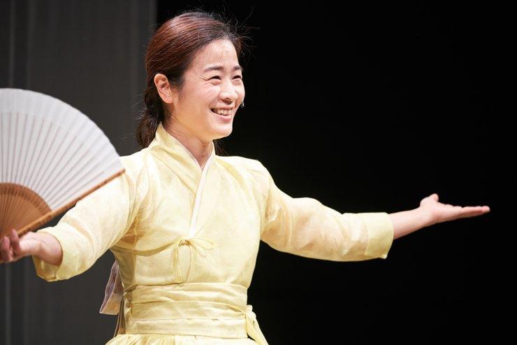 Lee Ja-ram performs 'The Old Man and the Sea,' a new pansori piece based on Hemingway's novel, at Doosan Art Center. Courtesy of Doosan Art Center