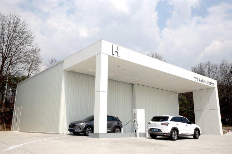 A hydrogen charging station on Gyeongbu Expressway near Anseong, Gyeonggi Povince / Korea Times file