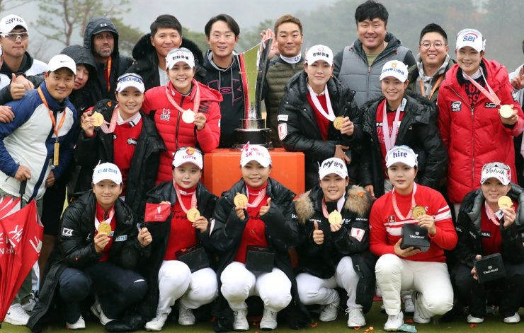 Team KLPGA poses for pictures with the winning trophy and medals after victory over the American-based Team LPGA at the Orange Life Champions Trophy Park In-bee Invitational, held at Blue One The Honors Country Club at Gyeongju, North Gyeongsang Province, Sunday. Yonhap