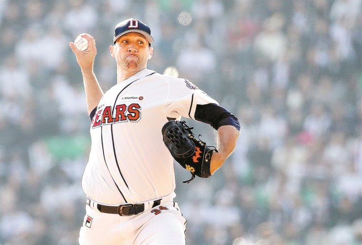 Josh Lindblom of the Doosan Bears throws a pitch against the SK Wyverns in Game 1 of the Korea Series at Jamsil Stadium in Seoul, in November last year. /Yonhap