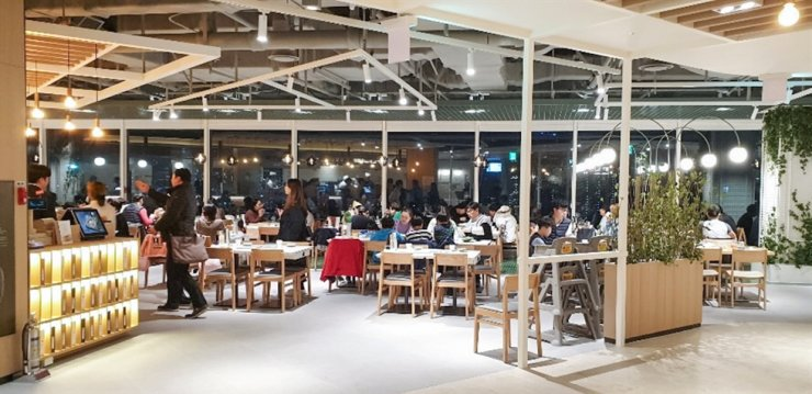 Visitors to a restaurant at Hyundai Department Store's Mia branch in Seoul enjoy dinner in this photo provided by the department store, Monday. / Courtesy of Hyundai Department Store