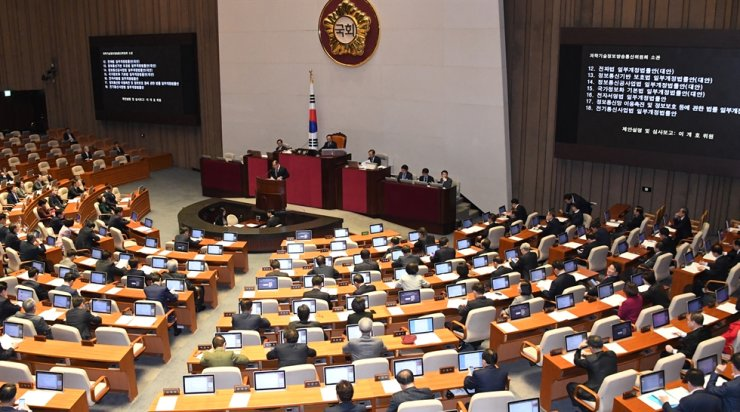 Lawmakers pass a bill at the National Assembly on Yeouido, Seoul, on Nov. 19. Korea Times photo by Oh Dae-keun