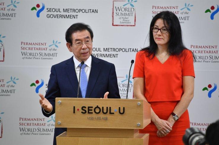 Seoul Mayor Park Won-soon, left, alongside Ekaterina Zagladina, president of the Permanent Secretariat of the World Summit of Nobel Peace Laureates (WSNPL), announces Seoul's hosting of the summit in 2020 at City Hall, Thursday. Courtesy of Seoul Metropolitan Government.