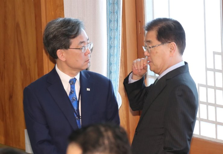 Presidential National Security Office (NSO) chief Chung Eui-yong, right, talks with the office's second deputy Kim Hyun-chong at the start of an event held in Cheong Wa Dae, Nov. 28. Yonhap