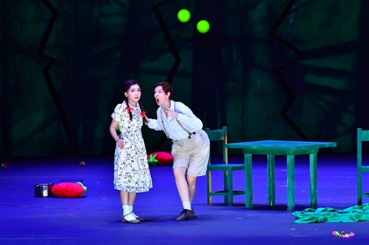 Kathleen Kim, left, performs the role of Gretel during last year's opera production of 'Hansel and Gretel' by Korea National Opera. Courtesy of Korea National Opera