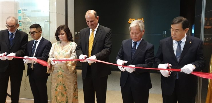 Egyptian Ambassador to Korea Hazem Fahmy, fourth from left, National Museum of Korea Director-General Bae Ki-dong, fifth from left, and Brooklyn Museum curator Edward Bleiberg, left, join a ribbon-cutting ceremony during the opening of the World Culture Gallery of the National Museum of Korea in Yongsan-gu, Seoul, Dec. 16. The gallery features a collection of 94 Egyptian artifacts belonging to the Brooklyn Museum in New York City. / Korea Times photo by Yi Whan-woo