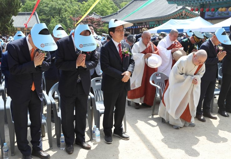 Main opposition Liberty Korea Party Chairman Hwang Kyo-ahn, third from left, stands without having his hands together during an event at Eunhae Temple in Yeongcheon, North Gyeongsang Province, May 12, 2019, Buddha's Birthday. Yonhap