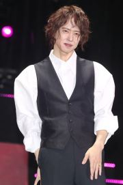 Singer Yang Joon-il poses for pictures during a press conference on Dec. 31 at Sejong University, Seoul. Yonhap