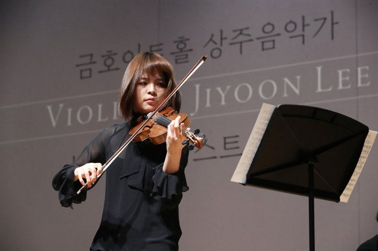 Lee performs during the press conference. Yonhap