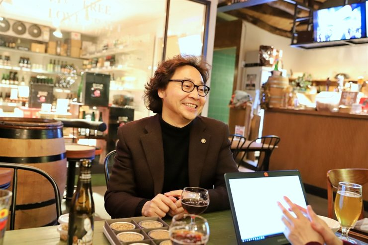 Lee In-ki speaks during an interview with The Korea Times at the Beer Post Bar in Seoul, Dec. 19. / Courtesy of the Beer Post