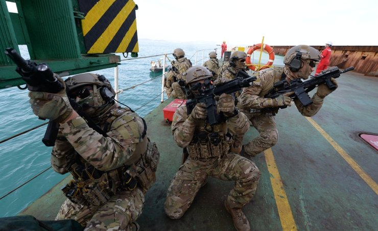 Soldiers in the South Korean Navy's Cheonghae unit take part in a training exercise off the coast of Geoje Island in South Gyeongsang Province on Dec. 13, 2019. Yonhap