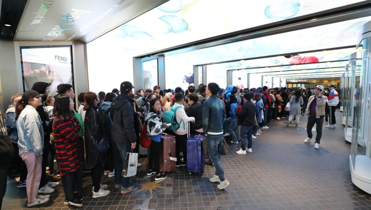 Chinese shoppers wait in a long line outside a duty free shop in downtown Seoul, in this April 24, 2018 file photo. More than 4,000 customers from China visited the nation's largest duty-free shops in Seoul during the last weekend. /Yonhap