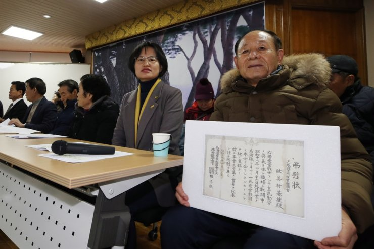 A group of Korean victims of wartime forced labor in Japan and their bereaved families attend the press conference at Gwangju in South Jeolla Province, Tuesday. Yonhap