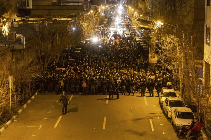 Iranian riot police stand guard as protesters gather in front of Tehran's Amir Kabir University on January 11, 2020. - Demonstrations broke out for a second night in a row after Iran admitted to having shot down a Ukrainian passenger jet by mistake on Jan