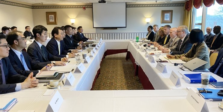 Jeong Eun-bo, fourth from left, South Korean chief negotiator for defense cost-sharing, talks with his U.S. counterpart James DeHart, second from right, at the sixth round of talks over the issue in Washington, D.C., Tuesday. / Courtesy of foreign affairs ministry
