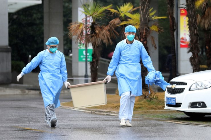 Medical staff carry a box as they walk at the Jinyintan hospital, where the patients with pneumonia caused by the new strain of coronavirus are being treated, in Wuhan, Hubei province, China, Jan. 10, 2020. Reuters-Yonhap