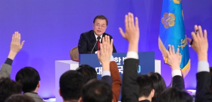 Reporters raise their hands to ask questions to President Moon Jae-in during his New Year's press conference broadcast live, at Cheong Wa Dae in Seoul, Tuesday. Yonhap
