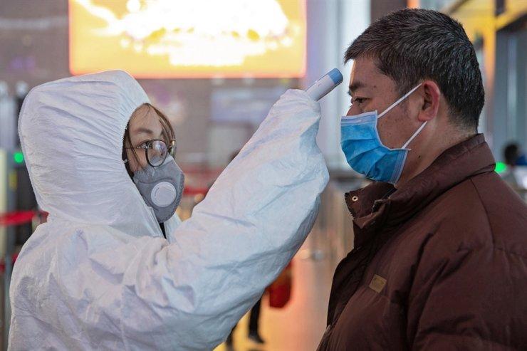 Medical staff check the temperature of passengers at Nanjing South Railway station in Nanjing, Jiangsu Province, China, Jan. 27. EPA-Yonhap