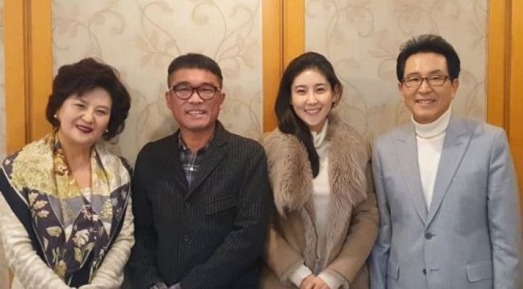 Kim Gun-mo, second from right, with his wife Jang Ji-yeon and her parents. Yonhap