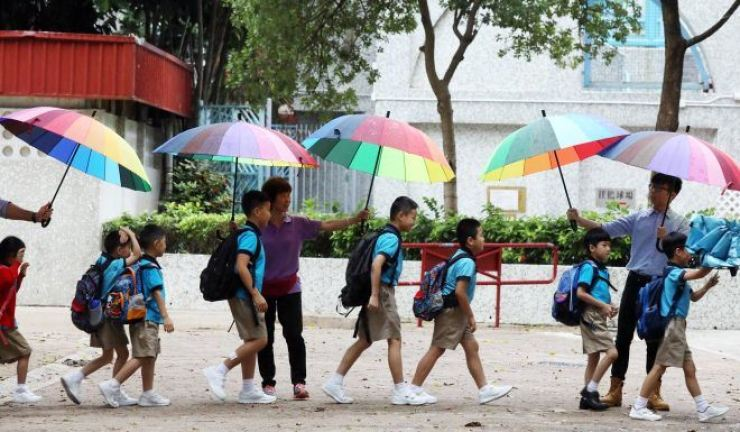 Cross-border students arrive at the Tsuen Wan Trade Association Primary School in Tsing Yi on the first day of school. South China Morning Post