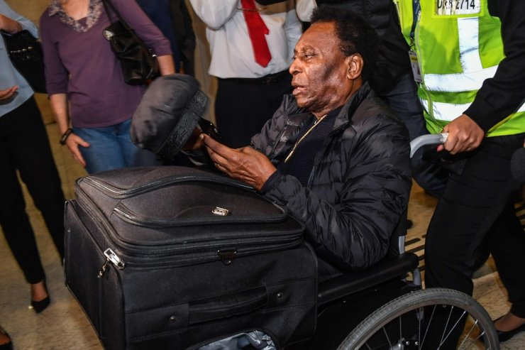 In this file photo taken on April 09, 2019 Brazilian football great Edson Arantes do Nascimento, known as Pele, arrives at Guarulhos International Airport, in Guarulhos some 25 kilometers from Sao Paulo, Brazil. Brazilian football legend Pele 'lives reclusive' and 'suffers from a form of depression' because he cannot walk normally, his son revealed on Monday at Globoesporte.com. / AFP-Yonhap