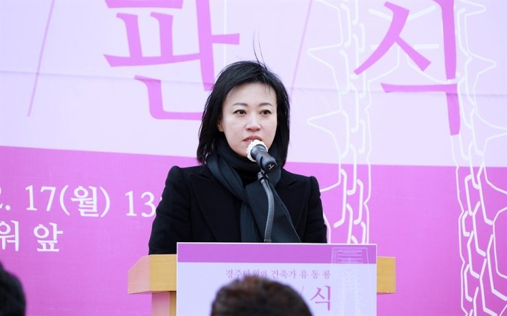 Yoo E-hwa, the eldest daughter of the late architect Jun Itami and director of ITM Yoo Ehwa Architects Co., speaks during a sign hanging ceremony Monday, recognizing her father as the official designer of the Gyeongju Tower in North Gyeongsang Province, Monday. Yonhap
