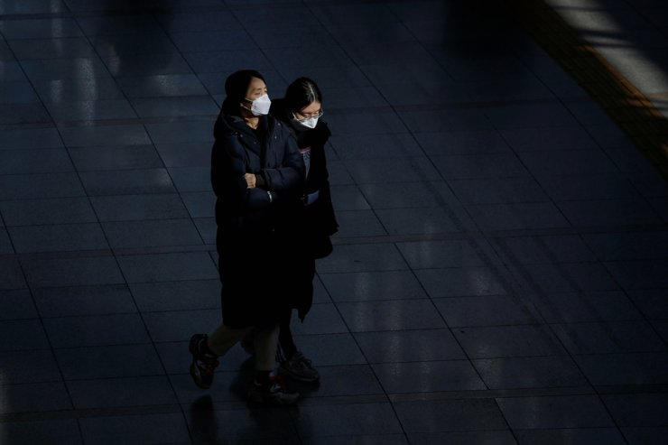 Commuters at Seoul Railway Station wear masks to protect themselves against the corona virus, Feb. 3, 2020. Reuters
