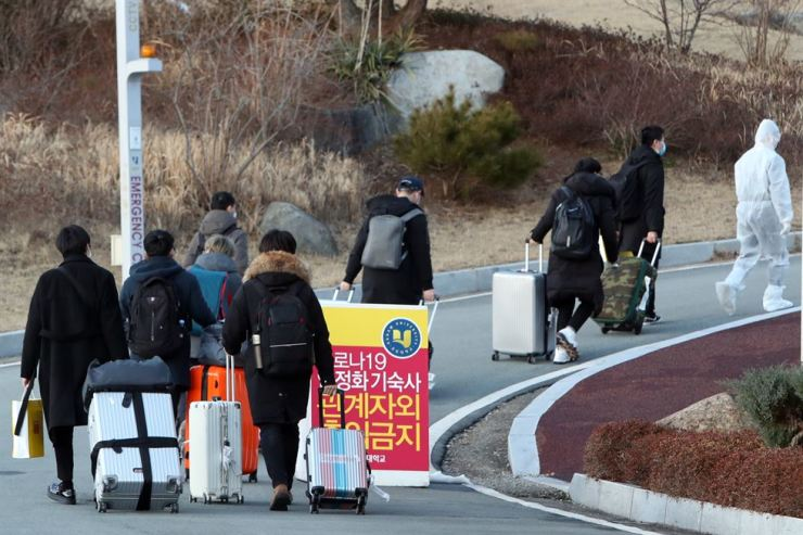 Chinese students at Honam University in Gwangju, some 330 kilometers south of Seoul, enter a school dormitory, where they will be quarantined for 14 days, Tuesday. Yonhap