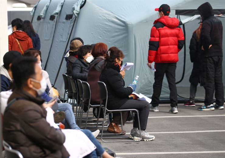 A medical center's emergency coronavirus testing site in Gyeongsan, North Gyeongsang Province, is crowded Feb. 22, mostly with residents of the province's Cheongdo county, which is near the city where the number of those infected with the novel virus has risen sharply in the past several days. Yonhap