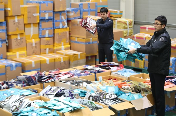 Hundreds of thousands of face masks are displayed at the Korea Customs Service's office at Incheon. Customs officials have scuttled attempts to illegally ship out 730,000 face masks over the past week. Yonhap