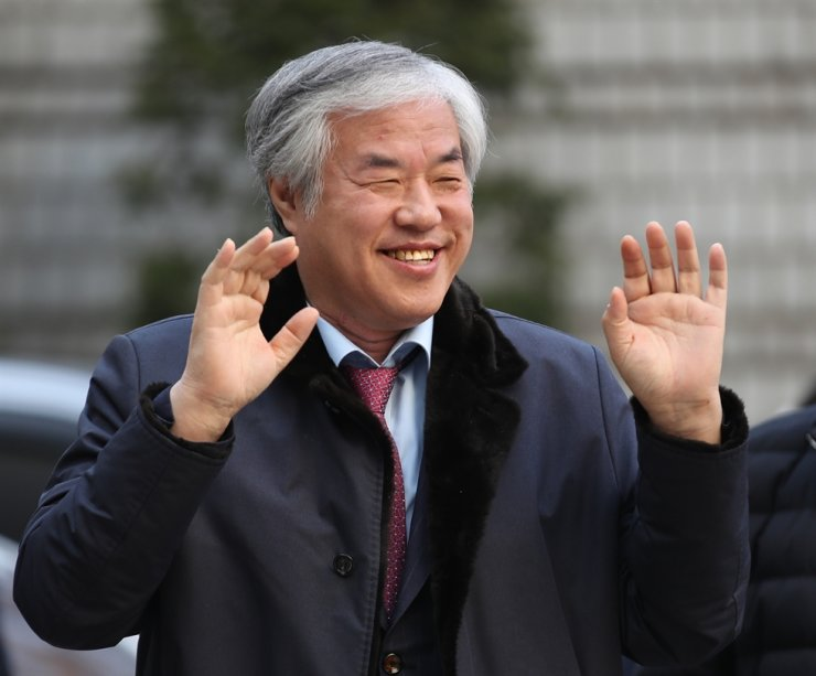 Rev. Jun Kwang-hoon waves at supporters waiting for him in front of Seoul Central Court in southern Seoul, Monday, where he was brought in for questioning over his political activities. Yonhap