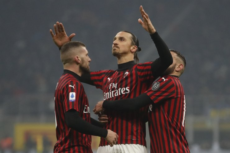 AC Milan's Zlatan Ibrahimovic, center, celebrates with his teammates after he scored his side's second goal during the Serie A football match between Inter Milan and AC Milan at the San Siro Stadium, in Milan, Italy, Sunday. / AP-Yonhap