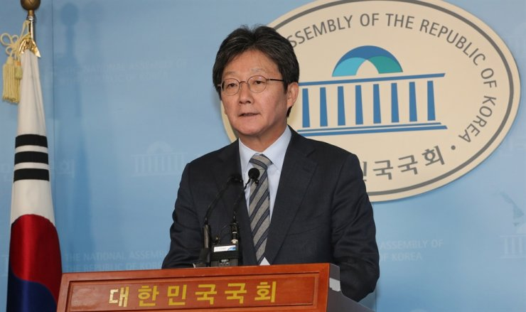 Rep. Yoo Seong-min of the minor opposition New Conservative Party announces his plan to seek a merger of his party with the main opposition Liberty Korea Party, during a press briefing at the National Assembly, Sunday. Yonhap