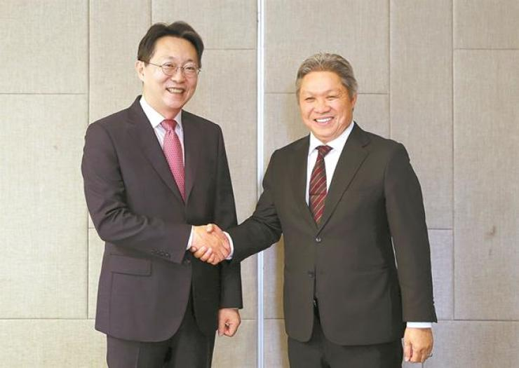 National Tax Service (NTS) Commissioner Kim Hyun-jun, left, and his Malaysian counterpart Sabin Samitah shake hands at the Inland Revenue Board building in Kuala Lumpur, Malaysia, Wednesday (local time). The two agreed to foster human and technology exchanges to help the Southeast Asian country enhance its e-tax administration process. Courtesy of NTS