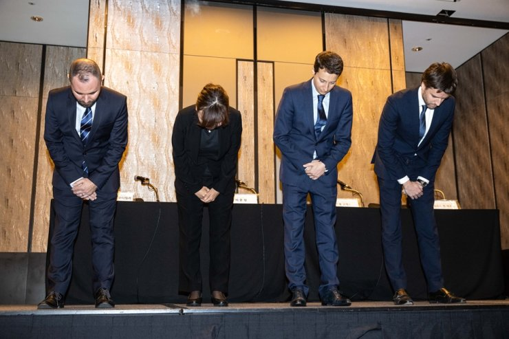 Guillaume Glass, second from right, general manager of KLM for Japan, Korea and New Caledonia, along with other executives including Country Sales Manager MJ Lee, second from left, bow during a media conference in Seoul, Friday, to apologize for what was seen as the KLM crew's racial discrimination against Korean passengers. / Courtesy of KLM