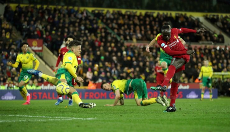 Liverpool's Sadio Mane, right, scores his team's first goal during a Premier League between Liverpool and Norwich City at Carrow Road, Norwich, Britain, Saturday. Reuters-Yonhap