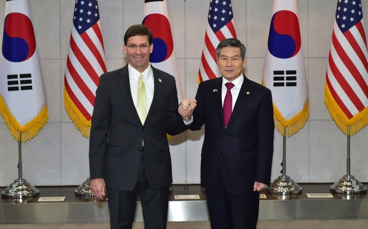Defense Minister Jeong Kyeong-doo, right, and his U.S. counterpart Mark Esper pose during the latter's visit to the Ministry of National Defense in Seoul, Nov. 15, 2019. / Joint press corps