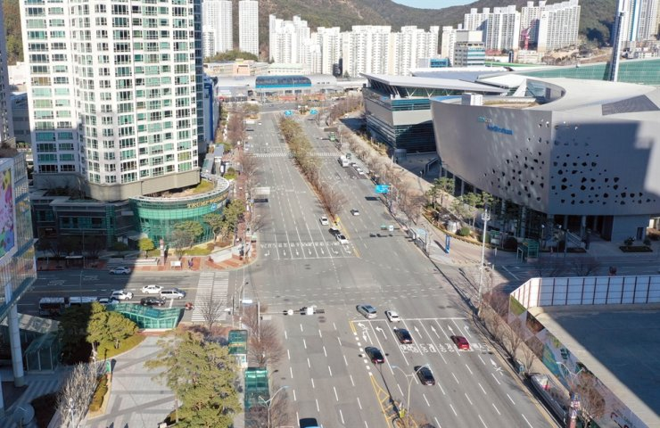 Busan's busiest district looks deserted amid reports of confirmed cases of the coronavirus epidemic, Sunday. Yonhap
