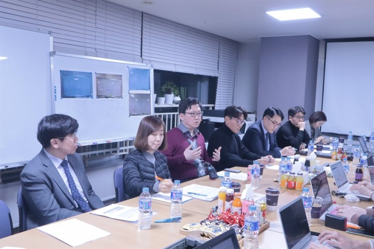 Doctors of the Korean Society of Infectious Diseases share their understanding of the new coronavirus during a meeting with a group of reporters at the society office in Gangnam, Seoul. From left, Kim Nam-joong, professor of Seoul National University Medical School; Peck Kyong-ran professor of Sungkyunkwan Medical School; Kim Tae-hyong, professor of Soonchunhyang Medical School; Sohn Jang-wook, professor of Korea University Anam Medical Center; Choi Won-suk, professor of Korea University Ansan Medical Center; Huh Joon-yeon, professor of Ajou University Hospital; and Kim Sung-ran, chair of the Korean Association of Infection Control Nurses. /Courtesy of the Korean Society of Infectious Diseases
