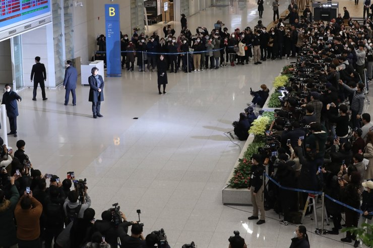 About 300 reporters and fans came out to greet director Bong as he arrived at the airport. Yonhap