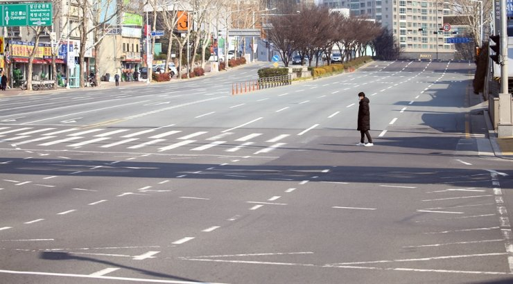 A main street in Daegu is almost deserted after a group of confirmed cases of novel coronavirus was reported Friday. Yonhap
