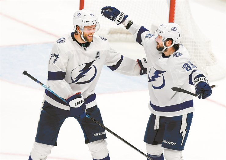 Tampa Bay Lightning forward Nikita Kucherov, right, of Russia, celebrates his game-winning goal against the Columbus Blue Jackets with teammate defenseman Victor Hedman, of Sweden, during overtime of an NHL hockey game in Columbus, Ohio, Monday. The Light won 2-1. / AP-Yonhap