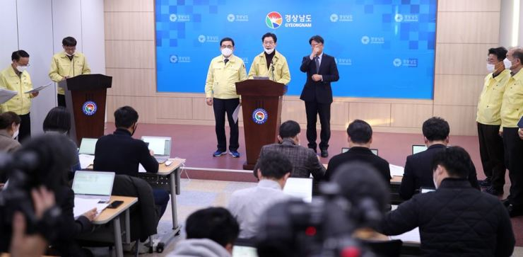 South Gyeongsang Province Governor Kim Kyoung-soo, center, and Changwon City Mayor Huh Sung-moo, left, debrief at the provincial government office's press center about a latest tally of the patients infected with coronavirus, Feb. 22. Yonhap