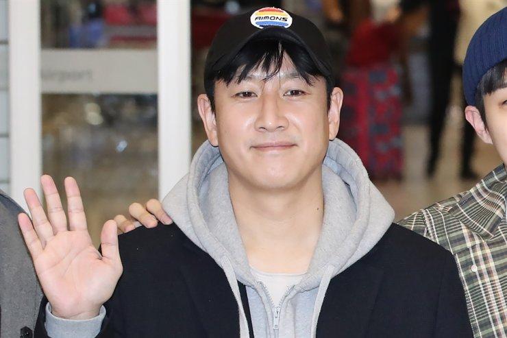 Lee Sun-kyun gives a friendly wave. Yonhap