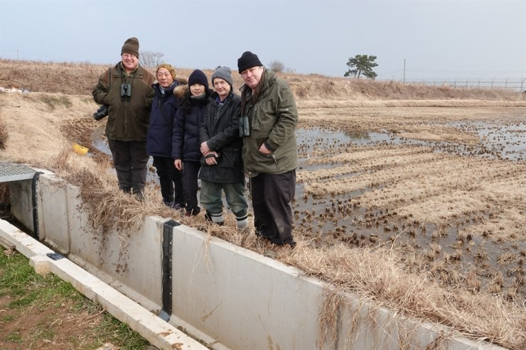 (From left) Bernhard Seliger from the Hanns Seidel Foundation's Korean office, Shim Hyung-jin from Incheon KFEM, Choi Hyun-Ah from the Hanns Seidel Foundation, Trevor Rose, and Nial Moores from Birds Korea, at Baengnyeongdo Island's Jinchon village where they built frog ladders. Courtesy of Incheon KFEM