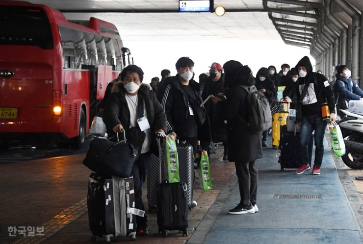 Evacuees from Wuhan, China, epicenter of the novel coronavirus, arrive at Cheonan-Asan Station in South Chungcheong Province, Sunday, to take the KTX to return home after the end of their two-week quarantine at the Police Human Resources Development Institute in Asan. Korea Times photo by Oh Dae-geun