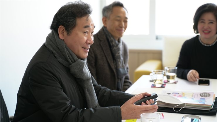 Former Prime Minister Lee Nak-yon of the ruling Democratic Party of Korea holds a meeting with members of a community center in Seouls' Jongno District, Seoul, Saturday, to discuss regional issues of the constituency he is running for in the April 15 general election, in this photo provided by Lee's office. Yonhap