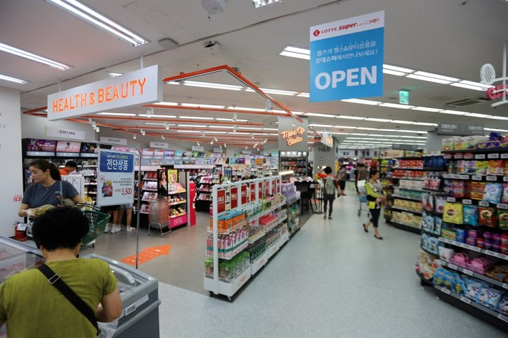 A number of people shop at Lotte Super store in Siheung, Gyeonggi Province, in this 2019 file photo. / Courtesy of Lotte Shopping