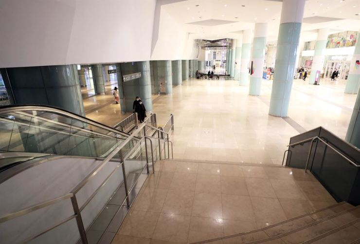 Shinsegae-Lotte Department Store's underground square at Busan Centum City, usually crowded with visitors and tourists, is visited by only a few passers-by on Feb. 22 after the city has seen a rising number of coronavirus-infected patients. Yonhap