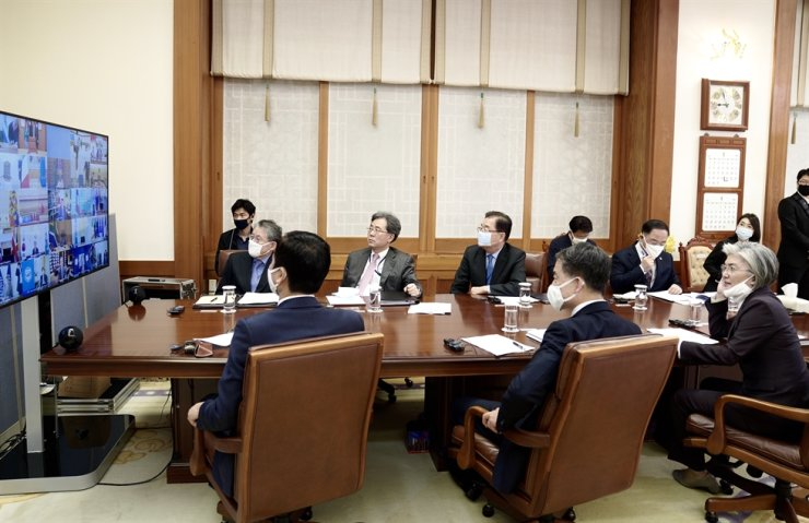 Presidential aides watch the G20 online summit at Cheong Wa Dae, March 26. Yonhap